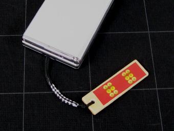 戦国武将木札ストラップ・携帯装着イメージ